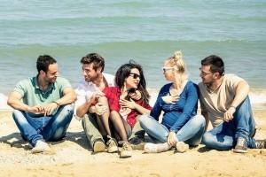 studia-w-australii-grupa-studentów-na-plaży