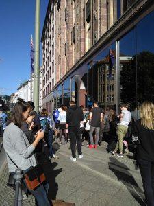 kolejka pod australijską ambasadą w Berlinie